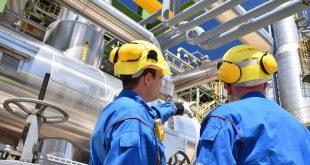 Arbeiter in einer Industrieanlage – Raffinerie zur Verarbeitung von Erdöl // Workers in an industrial plant – refinery for processing crude oil